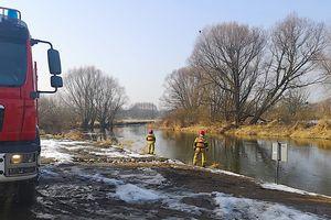 Strażacy monitorowali sytuację hydrologiczną na Drwęcy, która przybiera...