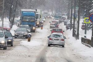 Dlaczego zimą jeździmy na letnich oponach? [FELIETON]