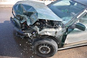 Czołowe zderzenie samochodu osobowego z ciężarówką. Dwie osoby w szpitalu