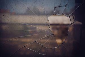 Olsztyn: Złodziej utknął w okienku. Wystawały tylko jego nogi