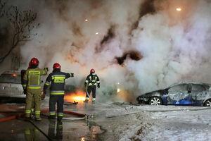 Na olsztyńskich Jarotach płonęło osiem aut [ZDJĘCIA, VIDEO]