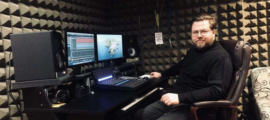 Patryk Wąsowicz w studiu nagrań Centrum Kultury Gminy Bartoszyce.