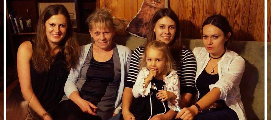 Pani Mariola w otoczeniu córek i wnuczki