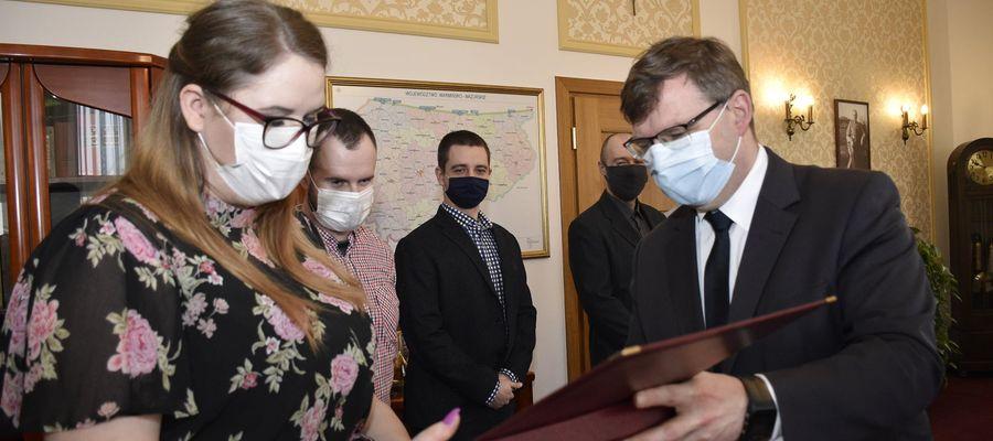 Pracownicy CPR w Olsztynie odebrali z rąk wojewody Artura Chojeckiego wyróżnienia ministra MSWiA.