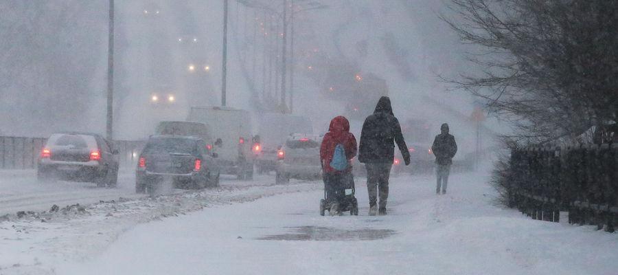 IMGW ostrzega: silny wiatr, zawieje i zamiecie śnieżne na Warmii i Mazurach. Może spaść nawet 15 cm śniegu