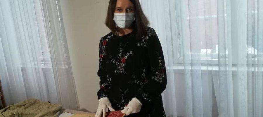 Kustosz Anna Czachorowska podczas prezentacji ludowych materiałów tkackich