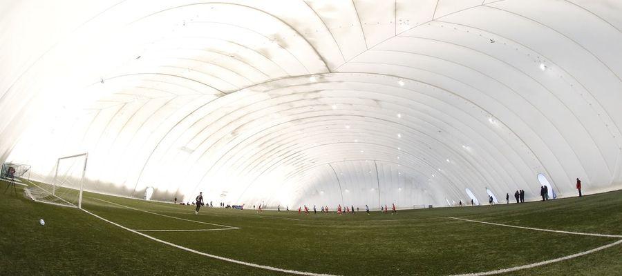Spotkanie rozegrano zostało na boisku pod balonem w Toruniu