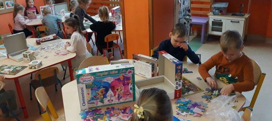 Przedszkolaki układały puzzle