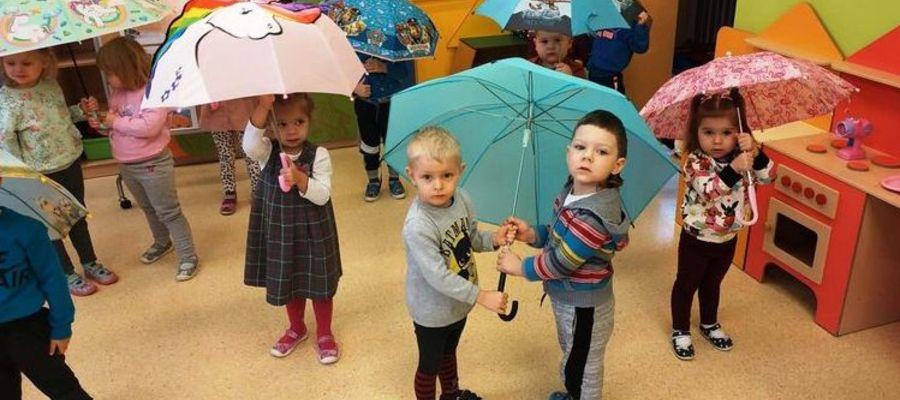 Było wiele zabaw z parasolami