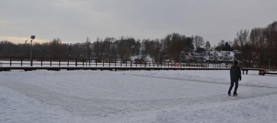 Amatorzy jazdy na łyżwach mogą kręcić kółka na jeziorze Sajmino