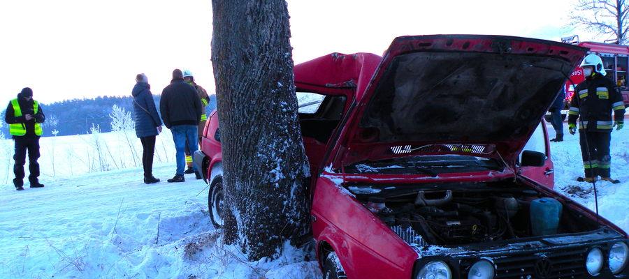 Golf po wypadku na drodze powiatowej w Tomaszewie