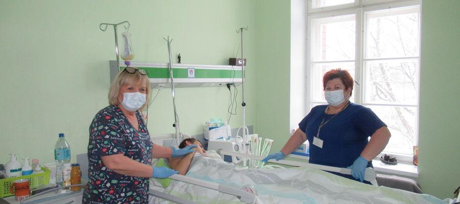 Danuta Liśkiewicz i Agnieszka Łagodzińska z pacjentem Budzika