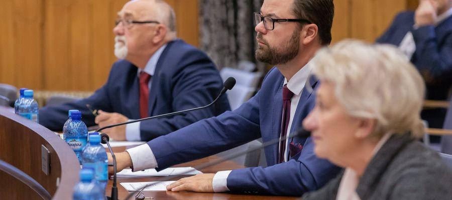 Radny Łukasz Łukaszewski (w środku), szef klubu radnych KO, jest głównym pomysłodawcą projektu