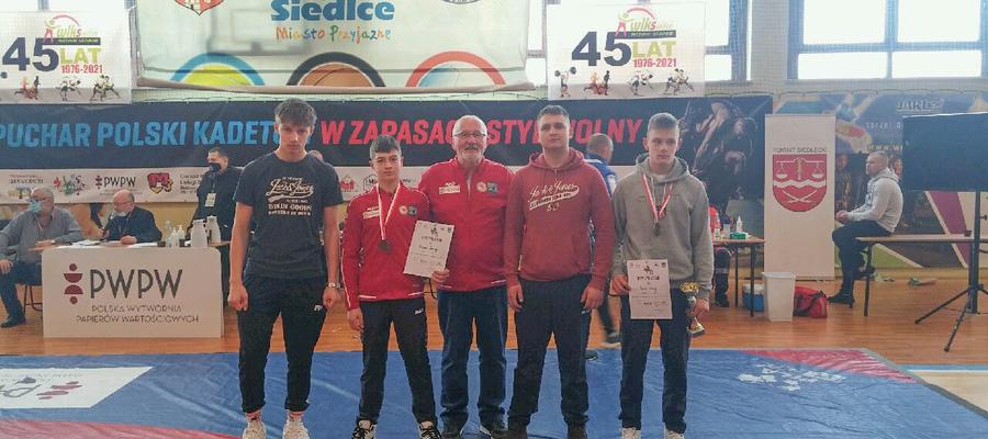 Od lewej stoją: Szymon Ptak, Kacper Koczergo, trener Edward Szypulski, Filip Gierko i Maciej Szmyd