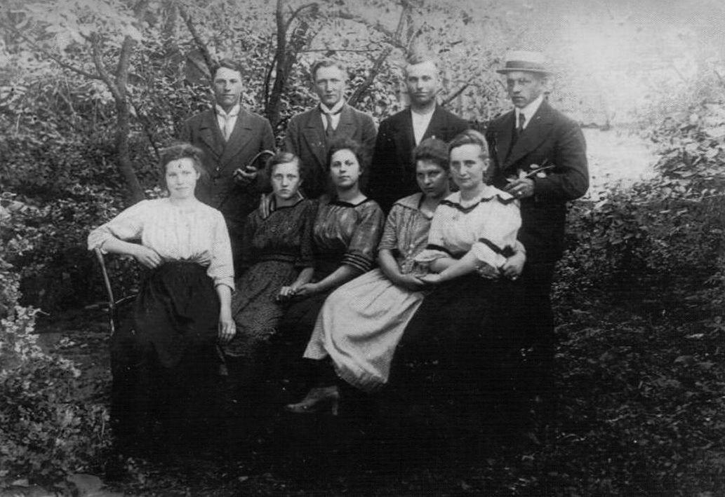 1934 r. Mazurska młodzież z Rożyńska na pamiątkowym zdjęciu