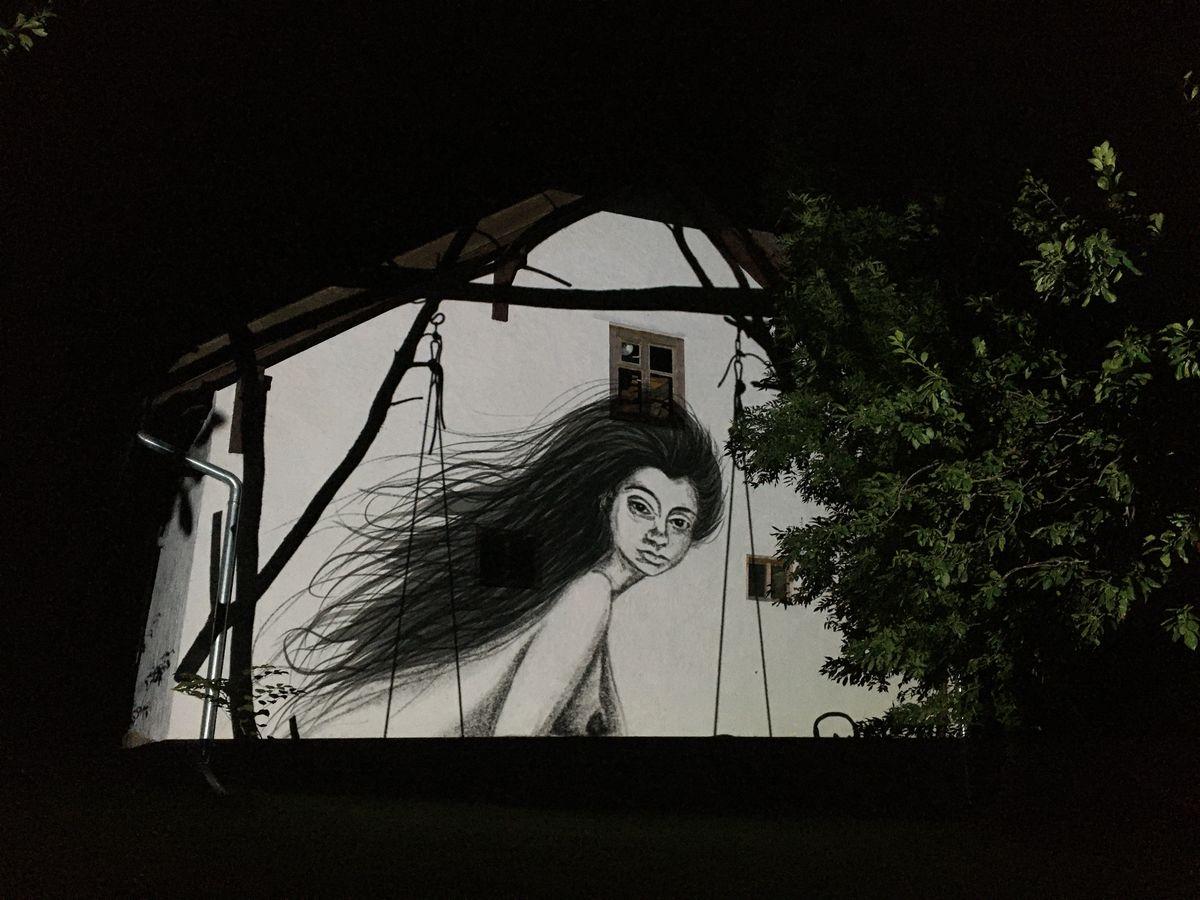 Projekcja _Galindy_ na mazurskim domu