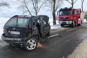 Kia uderzyła w drzewo. Dwie pasażerki w szpitalu