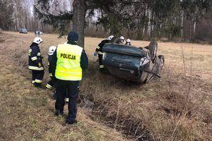 """44-latek uderzył w przyczepkę podpiętą pod Audi i wpadł do rowu. Był pijany a na """"koncie""""miał sądowy zakaz kierowania pojazdami"""