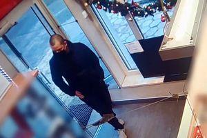 Zuchwała kradzież w olsztyńskim lombardzie. Policja szuka sprawcy [VIDEO]