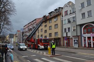 Strażacy usunęli element dachu, który mógł spaść na głowę przechodniom