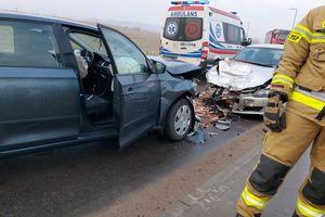 Zderzenie dwóch aut pod Olsztynem. Młody kierowca wpadł w poślizg