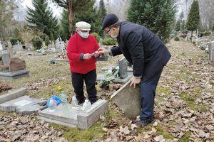Po dewastacji cmentarza. Rodzice naprawiają groby swoich dzieci
