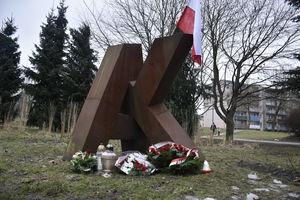 Dziś Narodowy Dzień Żołnierzy Wyklętych.  Złożono kwiaty przed pomnikiem Armii Krajowej w Olsztynie