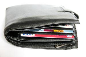Uczciwa 24-latka przyniosła do komendy znaleziony portfel z pieniędzmi i dokumentami