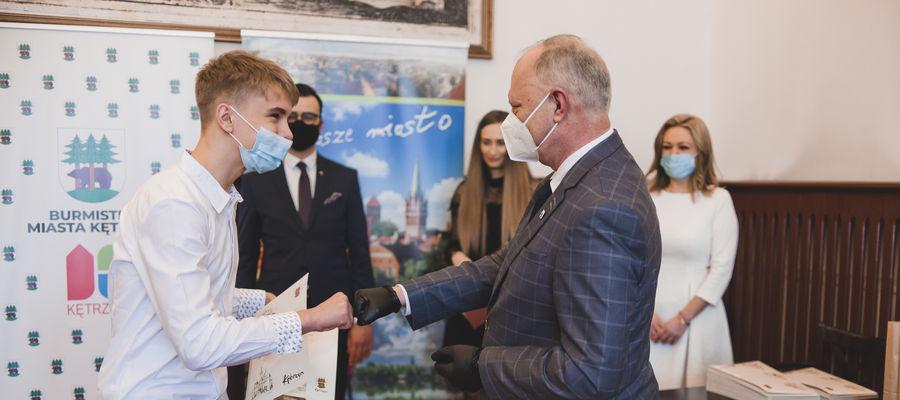 Burmistrz Kętrzyna wręczył stypendia sportowe i artystyczne [GALERIA]