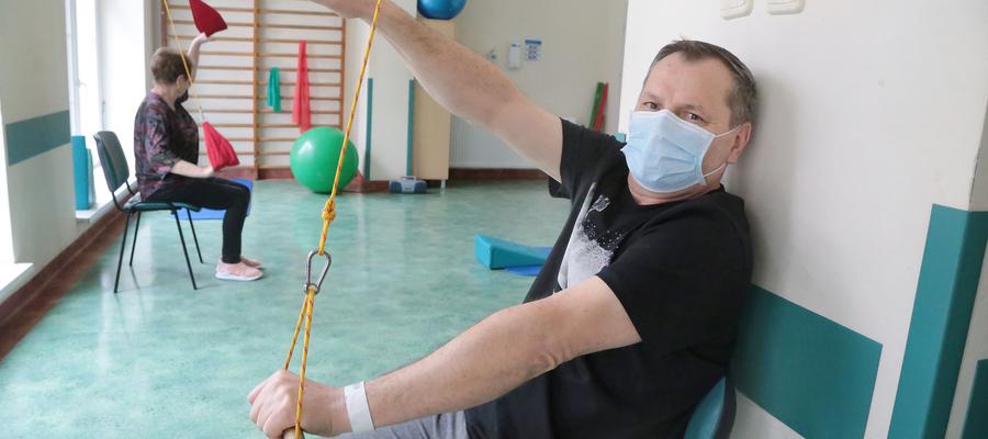 Andrzej Rungo w czasie rehabilitacji na oddziale pocovidowym