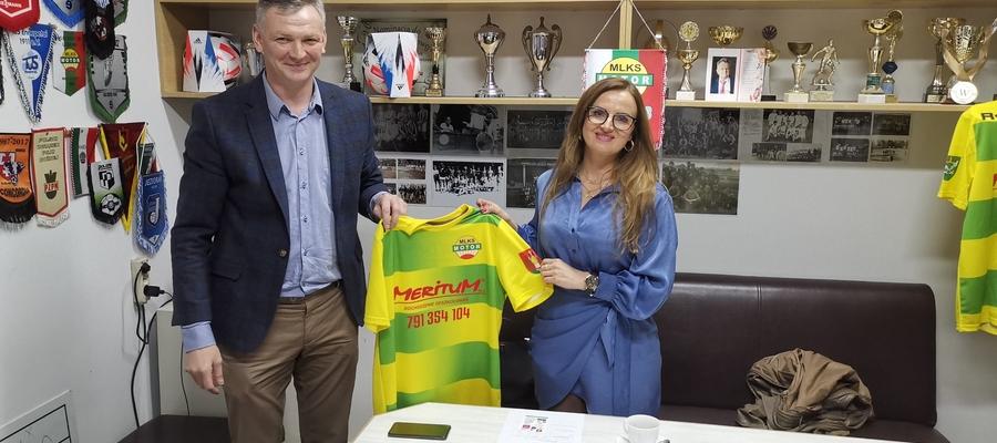 Prezes Motoru Marcin Banacki oraz Katarzyna Piechowka, pani prezes nowego sponsora lubawskiego klubu