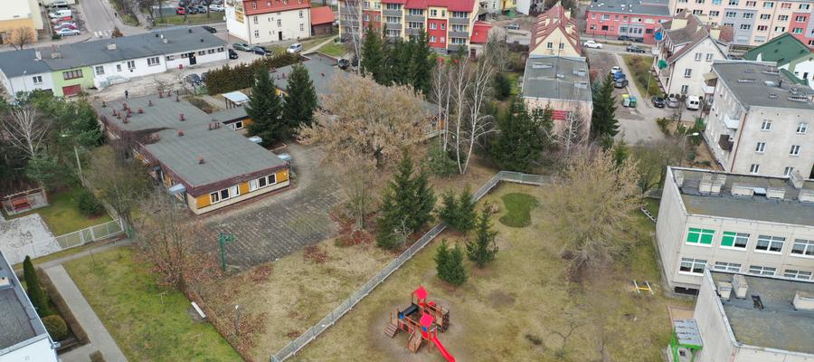 Miejsce, gdzie powstanie w przyszłości żłobek miejski w Iławie z lotu ptaka. Na zdjęciu (nieistniejący już) budynek WTZ Iława