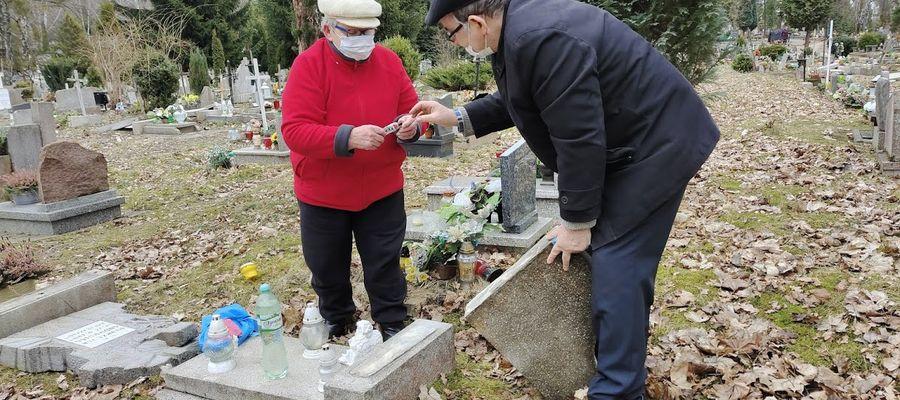 Pani Maria z Olsztyna razem z mężem naprawiają grób swojego synka