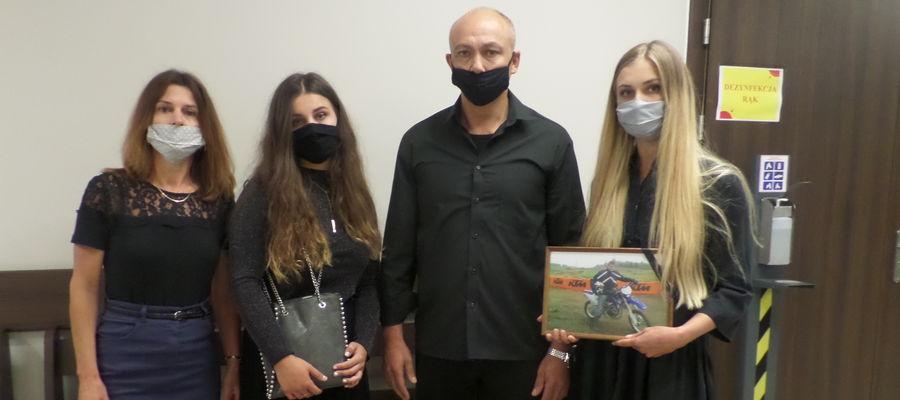 Rodzice i siostry tragicznie zmarłego motocyklisty na pierwszą rozprawę przyszli do sądu z fotografią Daniela przepasaną kirem
