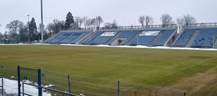 Murawa na stadionie wcześniej została odśnieżona, teraz trzeba będzie usunąć śnieżne hałdy
