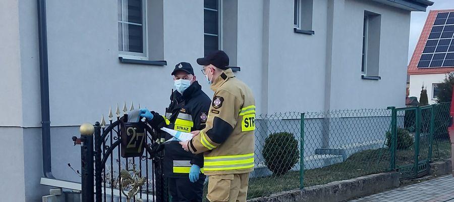 Strażacy roznoszą ulotki informacyjne w swoich miejscowościach