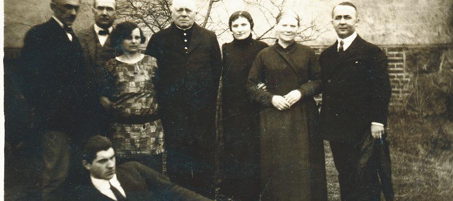 Brąswałd, ok. 1925/26 roku. W środku ksiądz Walenty Barczewski. Dalej stoją Wanda Pieniężna, siostra księdza Barbara i Seweryn Pieniężny