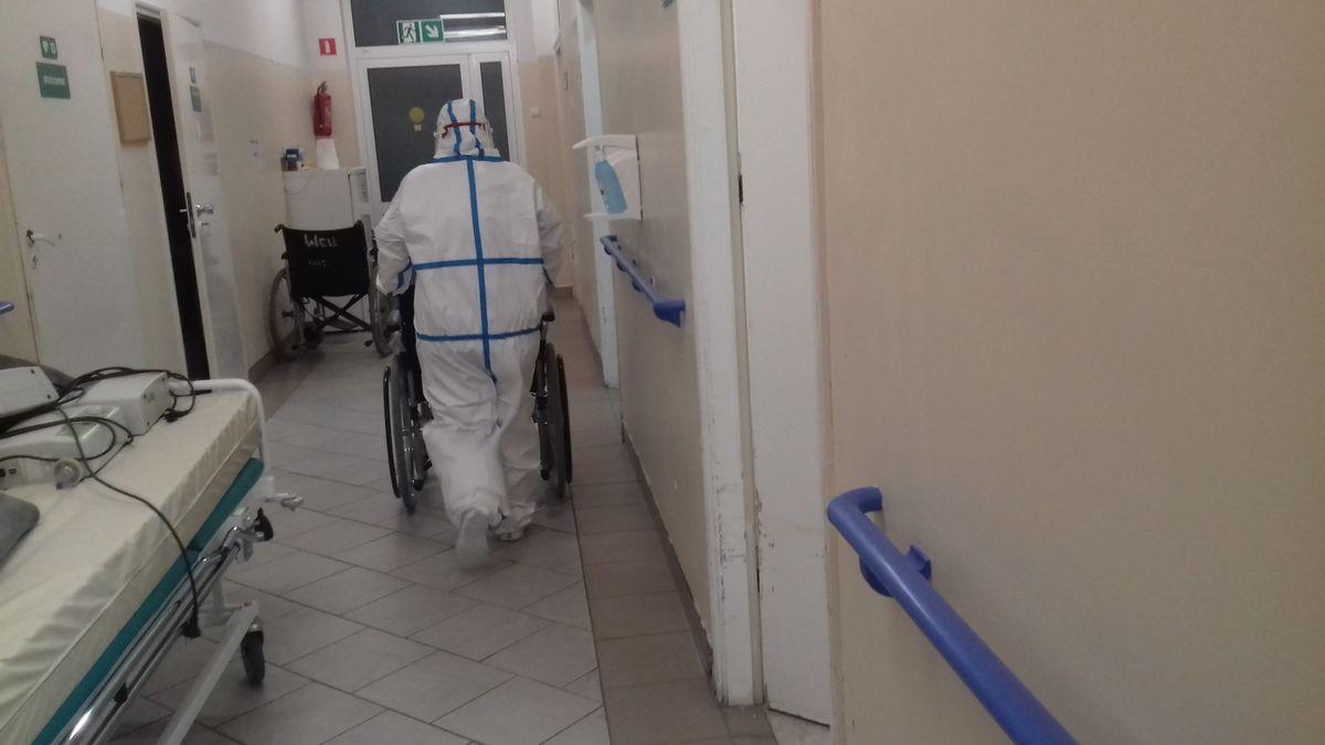 Pilęgniarki w kombinezonach