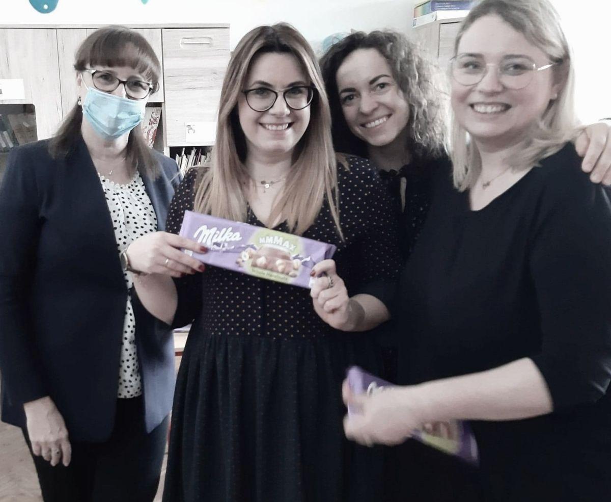 Od lewej: dyrektorka SP 19 Beata Giedrojć i nauczycielki odpowiedzialne za realizację projektu: Emilia Marzec, Gosia Matuszak i Monika Komoń. Na zdjęciu brakuje tylko czwartej z nich — Ani Owczarek