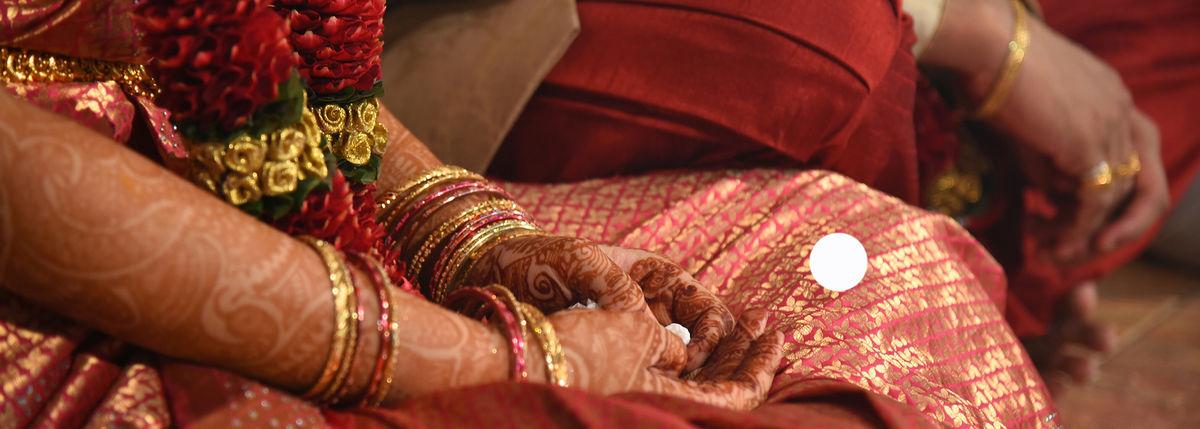Indie walczą z koronawirusem. Kto może, ucieka z kraju
