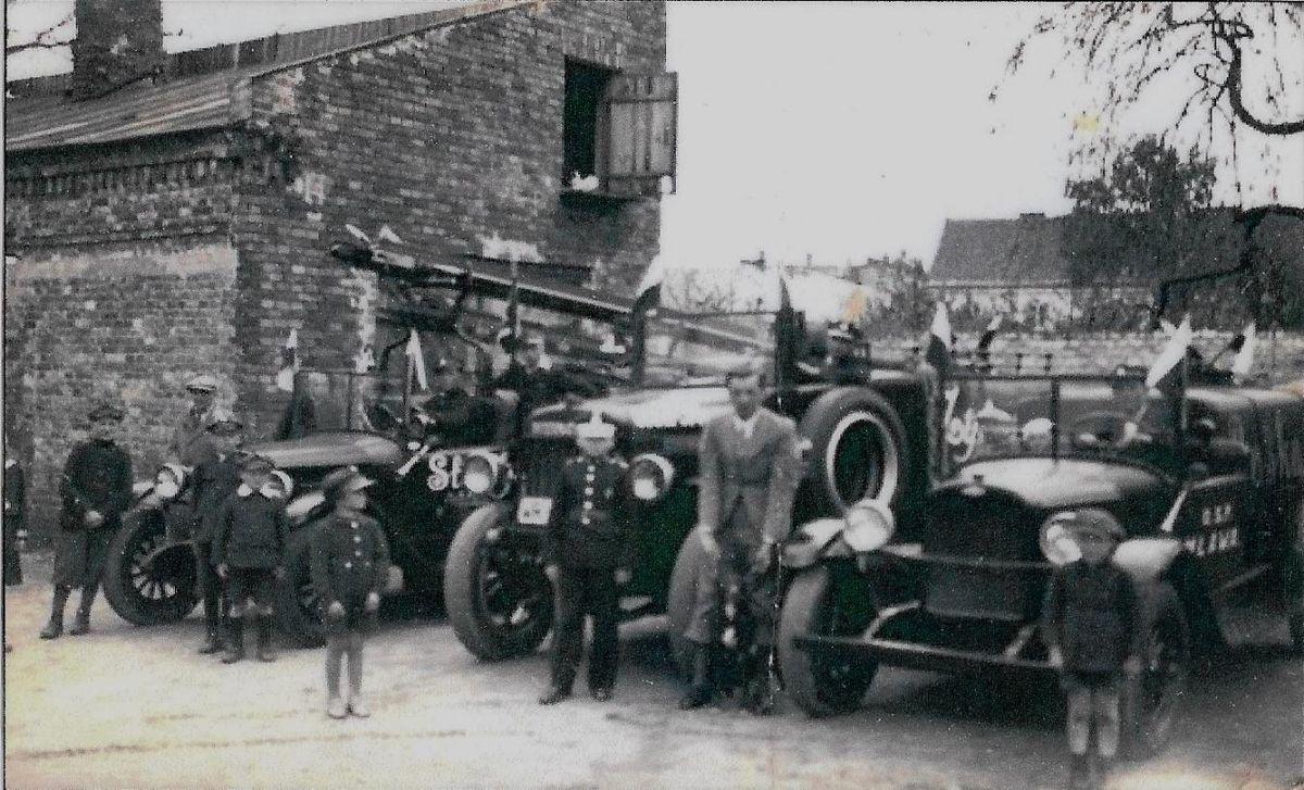Samochody strażackie na zapleczu siedziby straży przy ulicy Żeromskiego