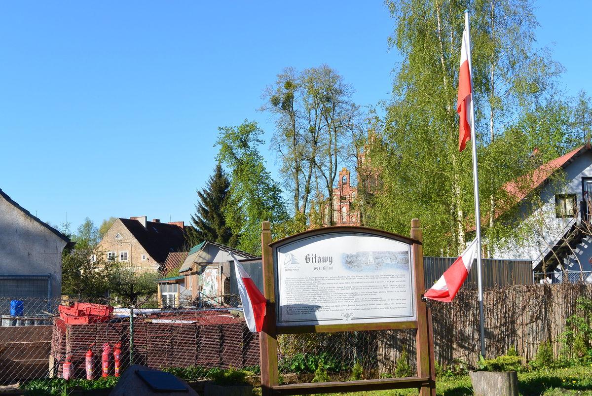 Giławy, tablica historyczna w centrum  wsi