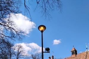 Włączone latarnie w biały dzień. Olsztyn chce świecić przykładem?