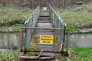 Zamknięta kładka na Suszycy w Bartoszycach. SONDA
