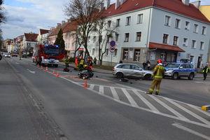 Motocyklista uderzył na skrzyżowaniu w auto
