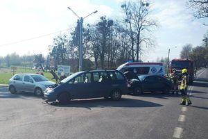 Trzy auta rozbite na skrzyżowaniu