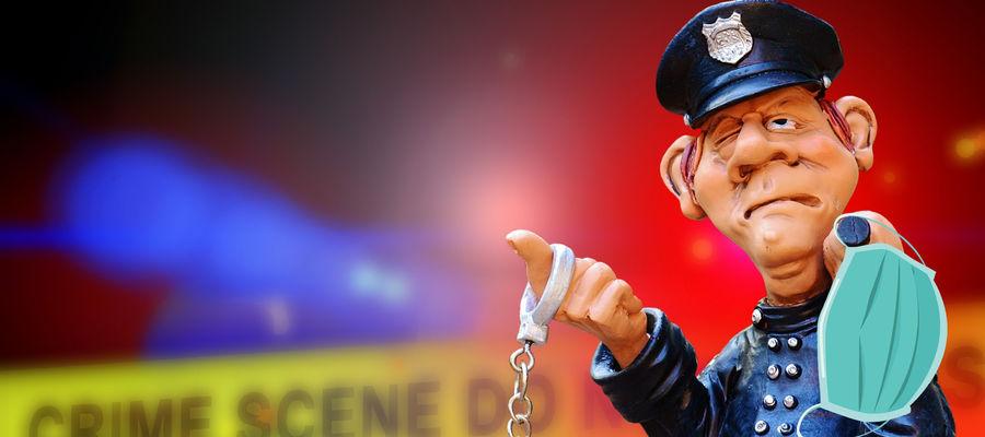 Brak obowiązkowej maseczki zwraca uwagę policjantów...