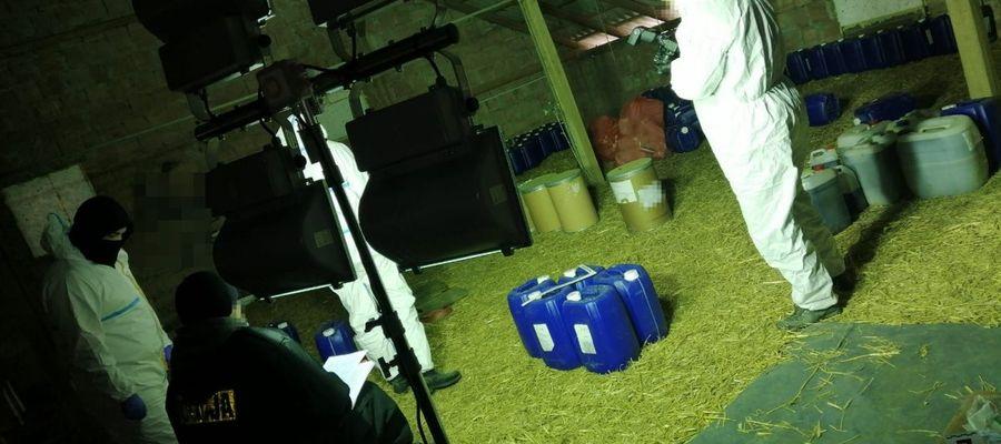Policjanci zlikwidowali wytwórnię narkotyków w Ostródzie. Była w zakładzie produkującym... nagrobki.