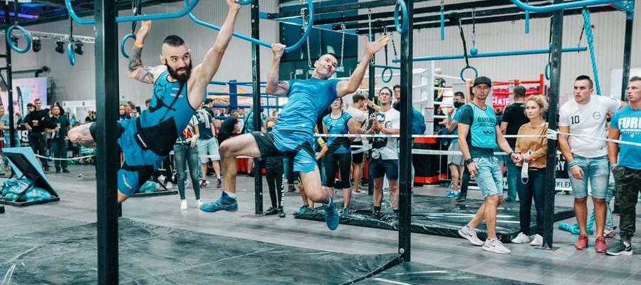Zawodnicy pokonują większą część toru nie dotykając ziemi. Ninja to sportowcy wywodzący się z takich sportów jak biegi z przeszkodami, street workout, wspinaczka czy akrobatyka.
