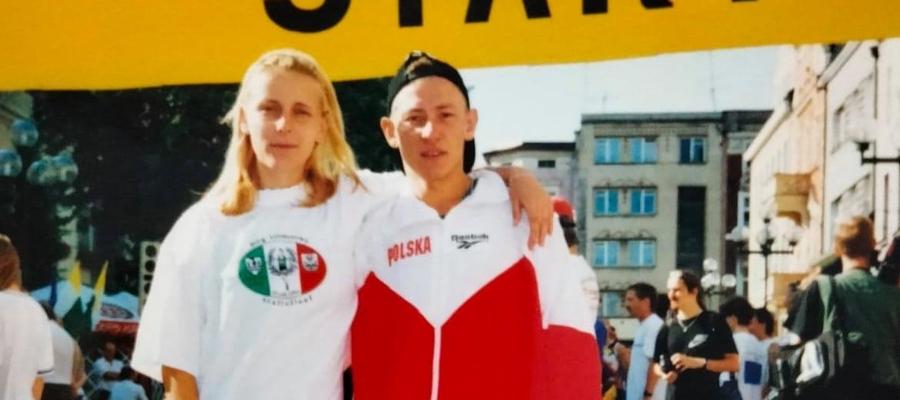 Dorota Pawłowska z Mariuszem - bohaterowie artykułu na starcie biegowej sztafety Zielona Góra - Cottbus (100 km)